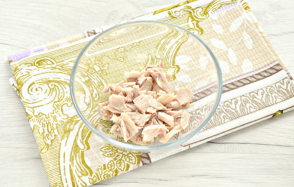 Фото рецепта - Слоеный куриный салат с сыром и яйцом - шаг 1