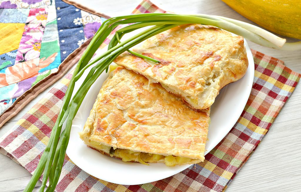 Фото рецепта - Пирог из слоеного теста с картошкой, кабачком, зеленым луком - шаг 10