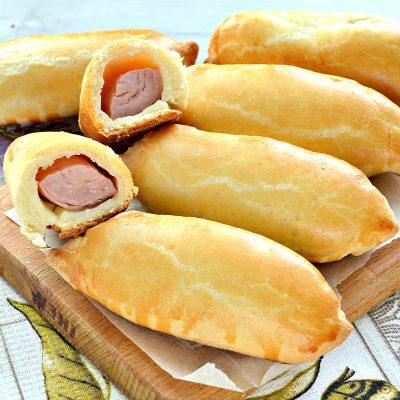 Дрожжевые пирожки с сосисками - рецепт с фото