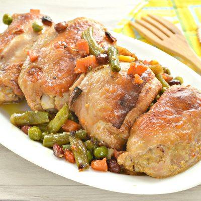 Куриные бедра в духовке с овощами - рецепт с фото
