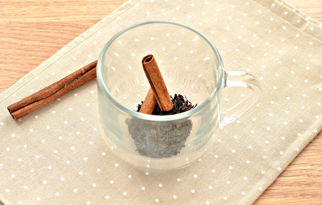 Фото рецепта - Чай с корицей и молоком - шаг 2