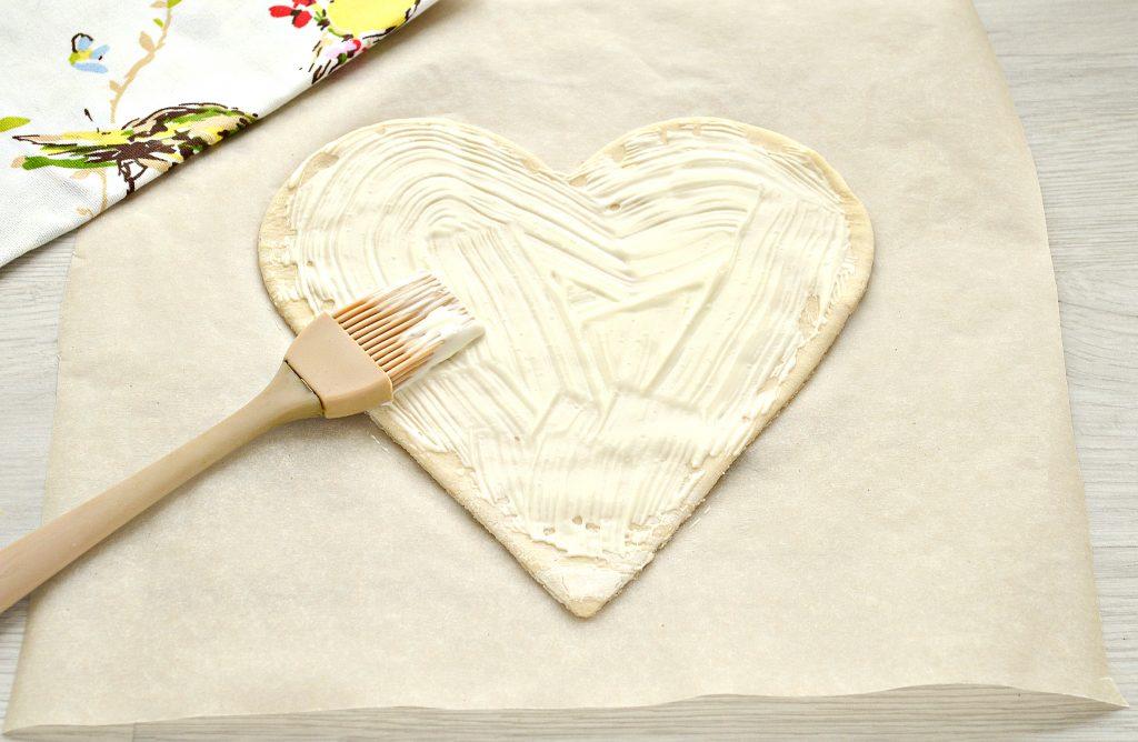 Фото рецепта - Пицца для романтиков с колбасой и черри - шаг 2