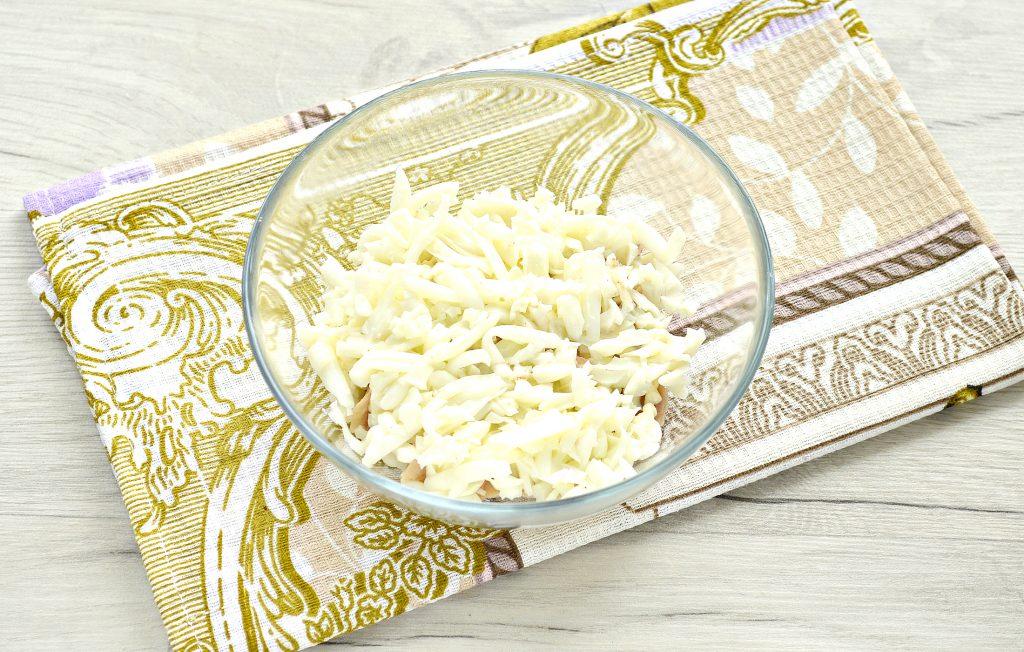 Фото рецепта - Слоеный куриный салат с сыром и яйцом - шаг 2