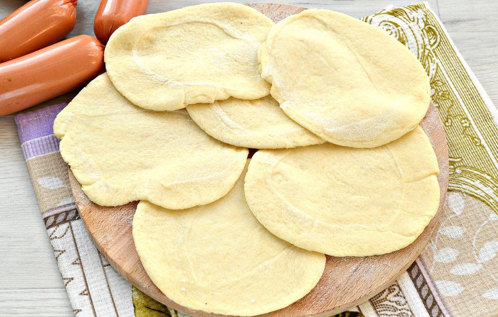 Фото рецепта - Дрожжевые пирожки с сосисками - шаг 3
