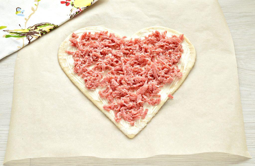 Фото рецепта - Пицца для романтиков с колбасой и черри - шаг 3