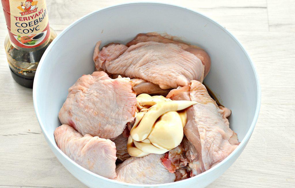 Фото рецепта - Куриные бедра в духовке с овощами - шаг 3