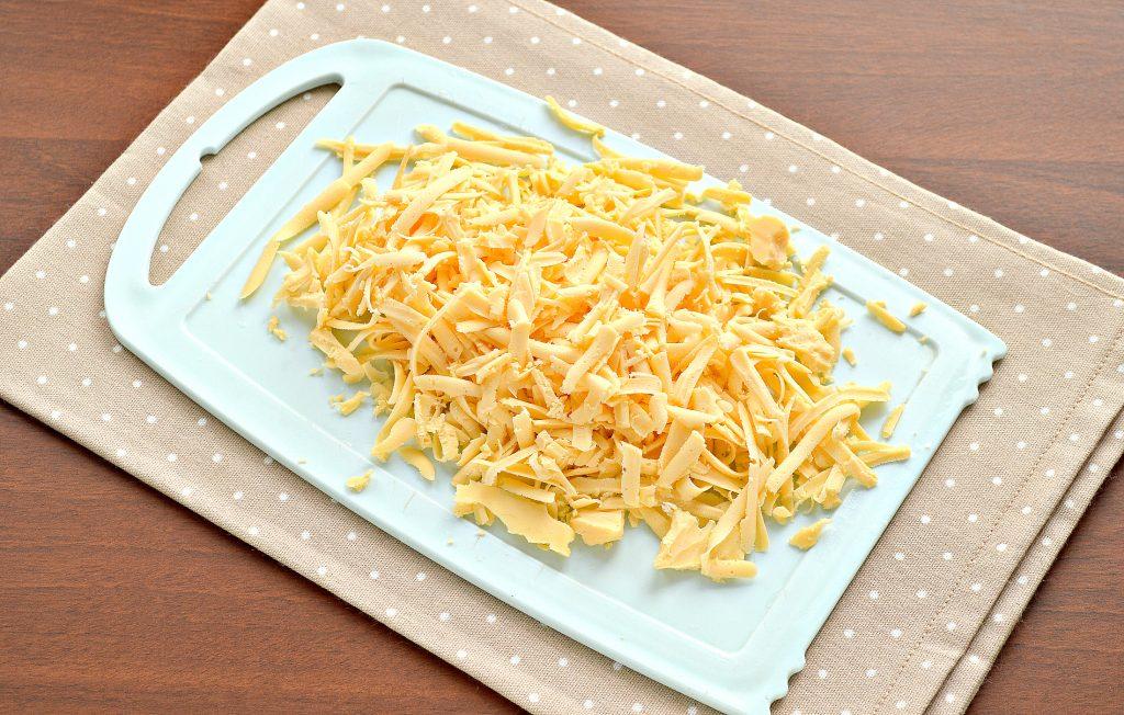 Фото рецепта - Открытый дрожжевой пирог с капустой и сыром - шаг 3