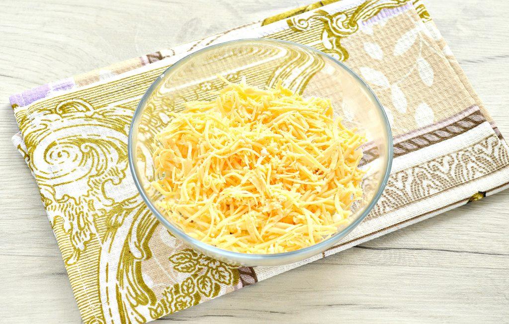 Фото рецепта - Слоеный куриный салат с сыром и яйцом - шаг 3