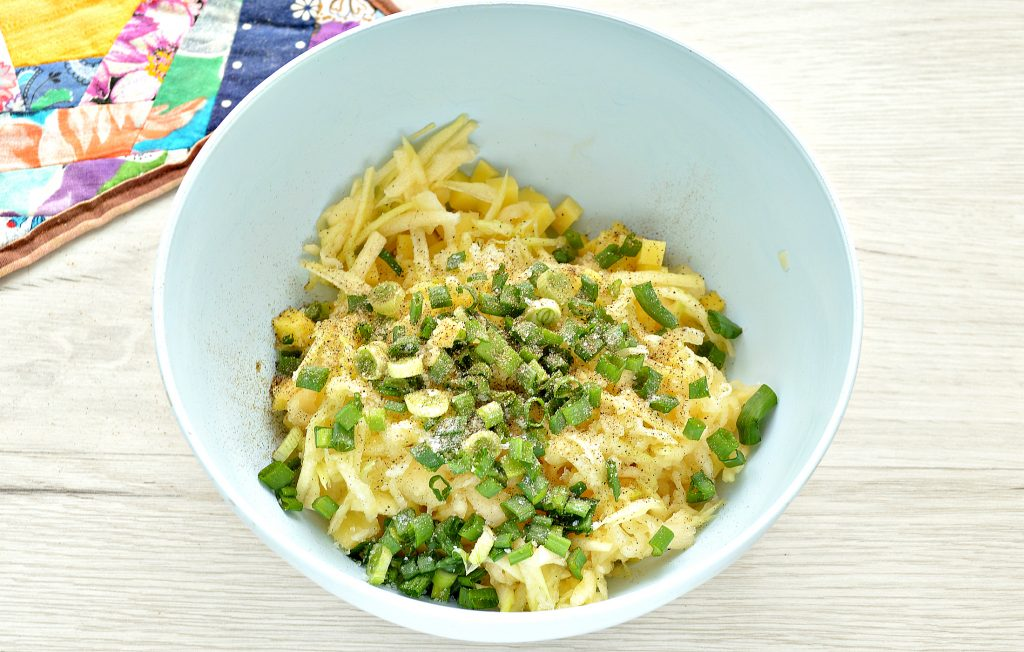 Фото рецепта - Пирог из слоеного теста с картошкой, кабачком, зеленым луком - шаг 3