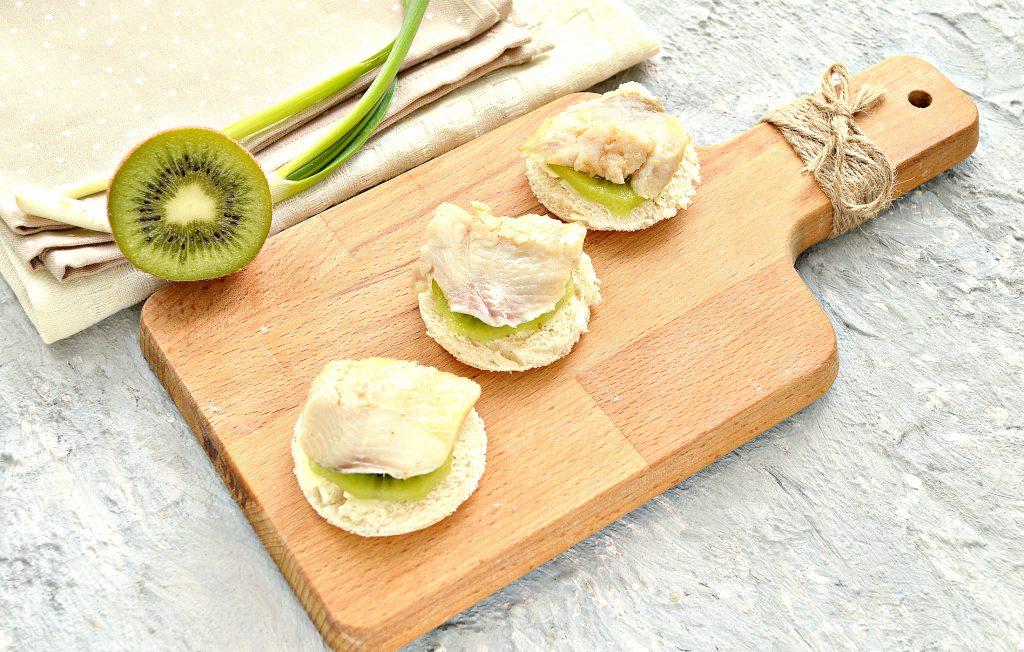 Фото рецепта - Канапе с киви, соленой рыбой и маринованным имбирем - шаг 3