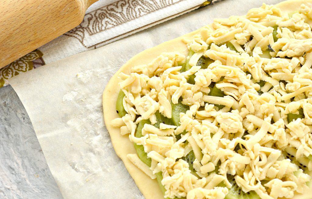 Фото рецепта - Тертый пирог с киви (песочное тесто) - шаг 3