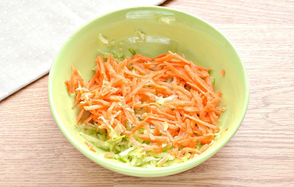 Фото рецепта - Витаминный салат с редькой и яблоком - шаг 3