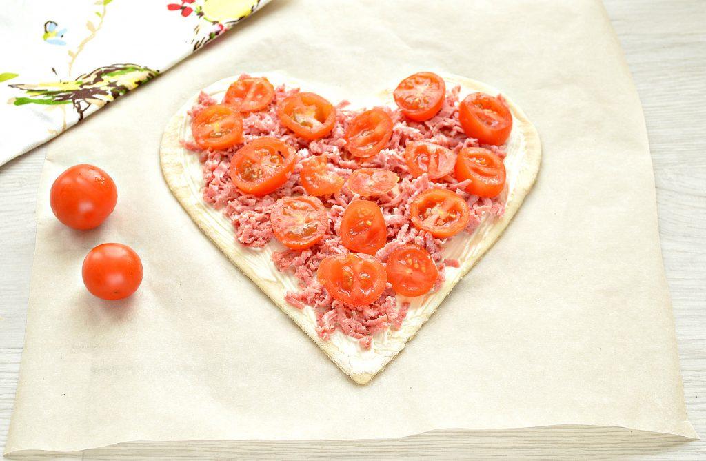 Фото рецепта - Пицца для романтиков с колбасой и черри - шаг 4