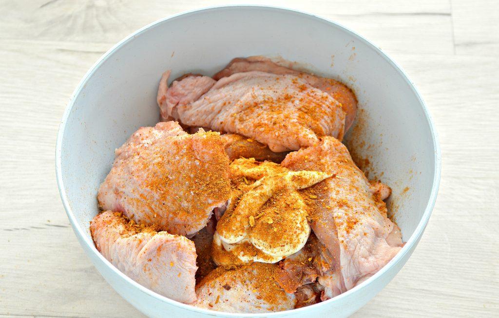 Фото рецепта - Куриные бедра в духовке с овощами - шаг 4