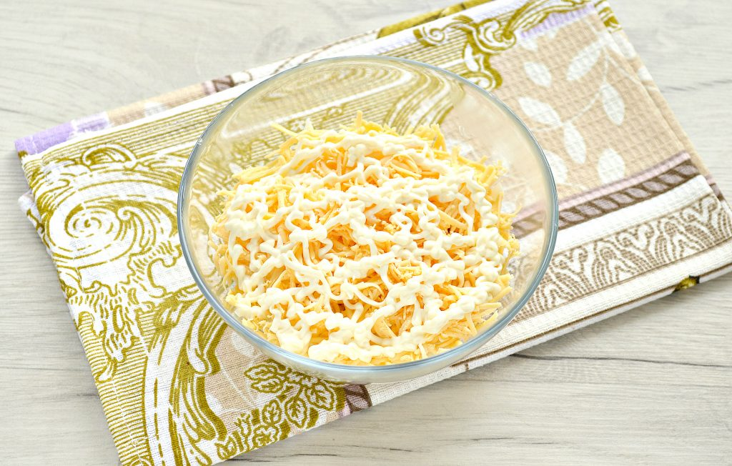Фото рецепта - Слоеный куриный салат с сыром и яйцом - шаг 4