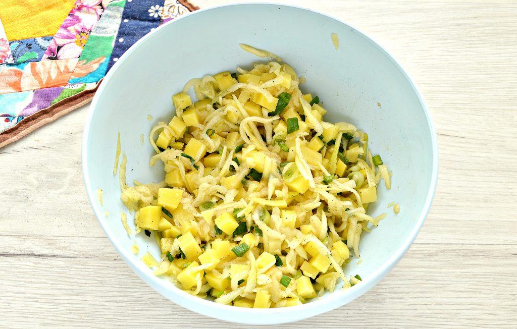 Фото рецепта - Пирог из слоеного теста с картошкой, кабачком, зеленым луком - шаг 4