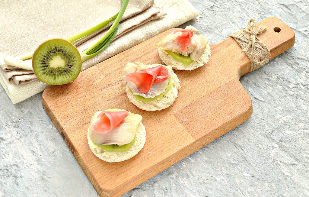 Фото рецепта - Канапе с киви, соленой рыбой и маринованным имбирем - шаг 4