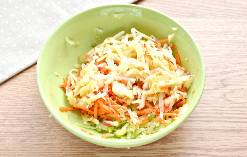 Фото рецепта - Витаминный салат с редькой и яблоком - шаг 4
