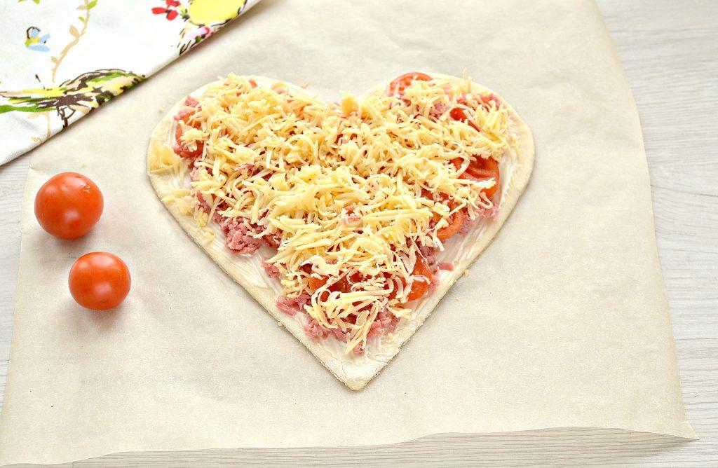Фото рецепта - Пицца для романтиков с колбасой и черри - шаг 5