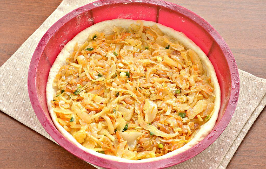 Фото рецепта - Открытый дрожжевой пирог с капустой и сыром - шаг 5