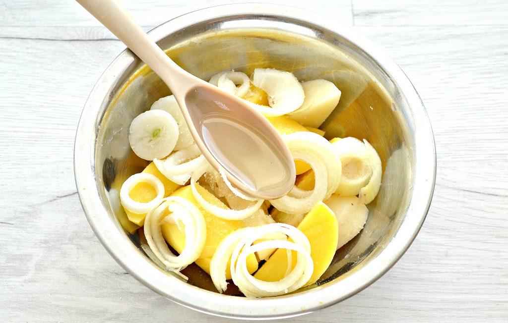 Фото рецепта - Тушеные куриные ножки с картофелем в духовке - шаг 5