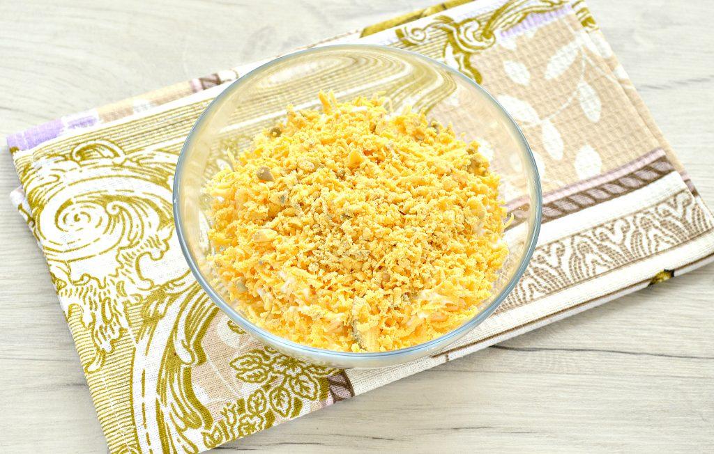 Фото рецепта - Слоеный куриный салат с сыром и яйцом - шаг 5