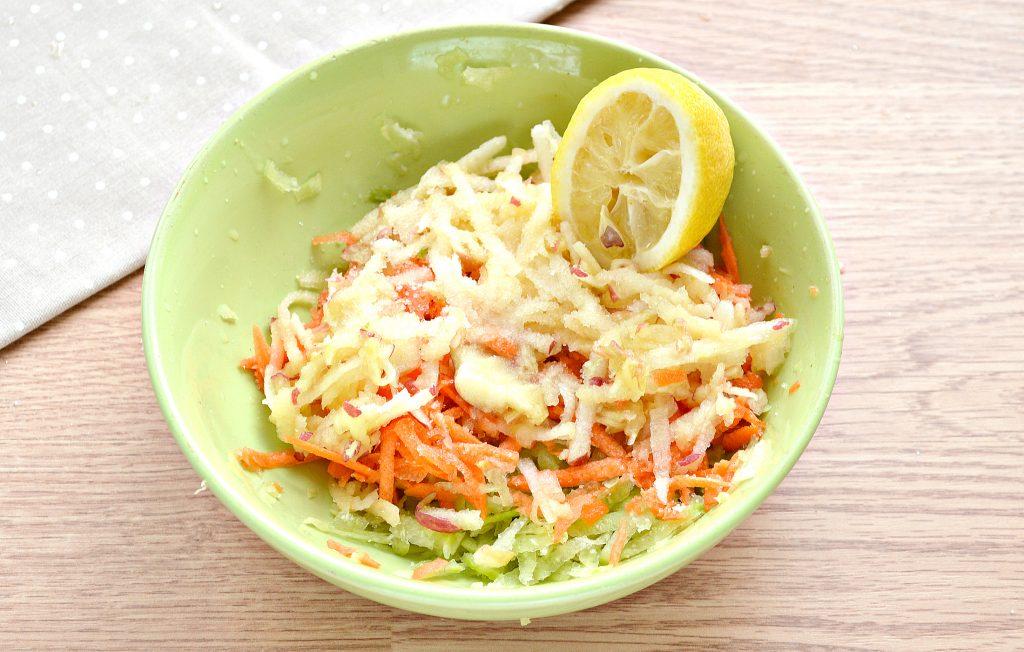 Фото рецепта - Витаминный салат с редькой и яблоком - шаг 5