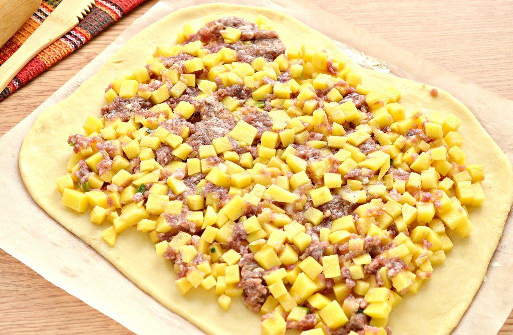 Фото рецепта - Пирог из песочного теста с картошкой и говядиной - шаг 6