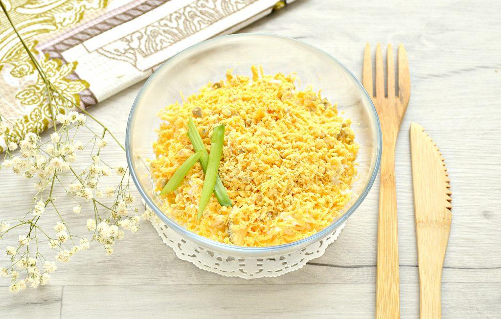 Фото рецепта - Слоеный куриный салат с сыром и яйцом - шаг 6