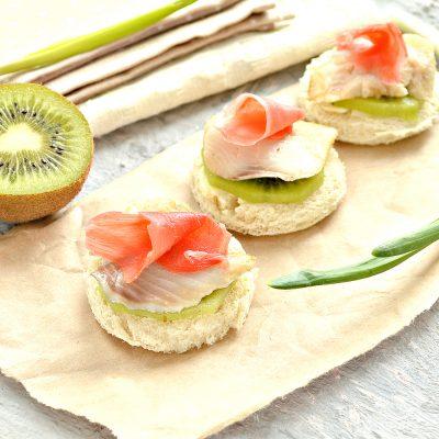 Канапе с киви, соленой рыбой и маринованным имбирем - рецепт с фото