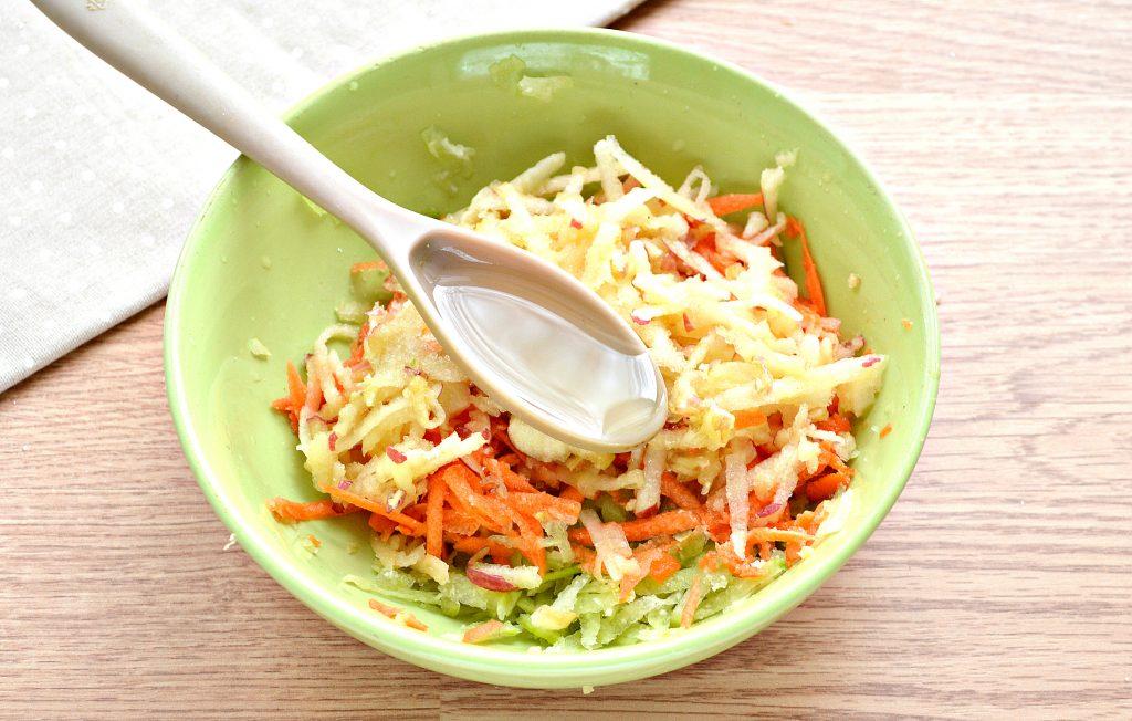 Фото рецепта - Витаминный салат с редькой и яблоком - шаг 6