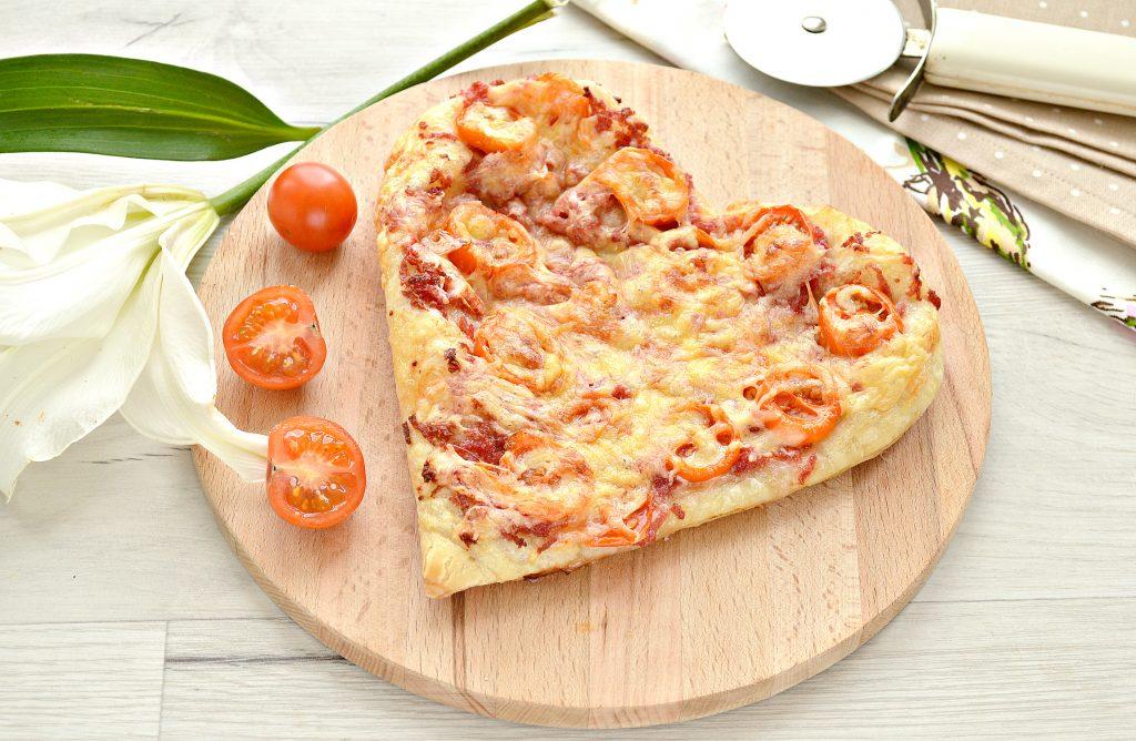 Фото рецепта - Пицца для романтиков с колбасой и черри - шаг 7