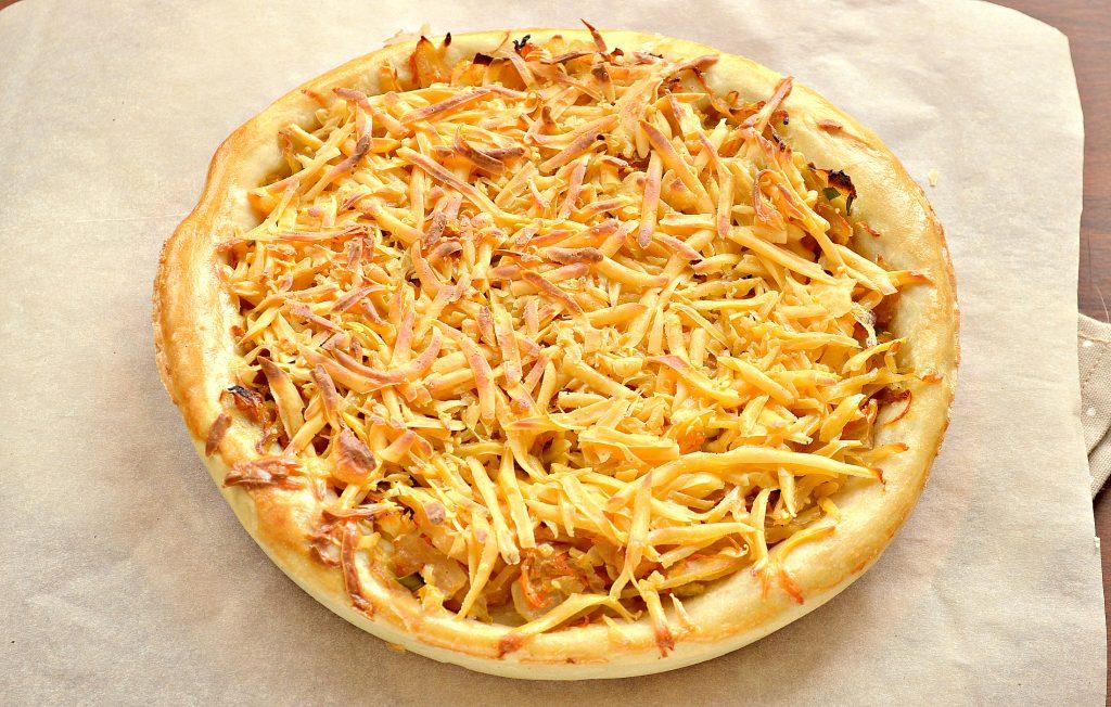 Фото рецепта - Открытый дрожжевой пирог с капустой и сыром - шаг 7