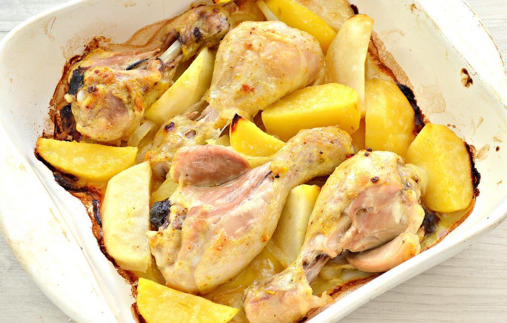 Фото рецепта - Тушеные куриные ножки с картофелем в духовке - шаг 7