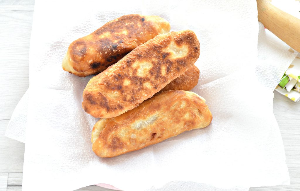 Фото рецепта - Сосиски в тесте с сыром на сковороде - шаг 7