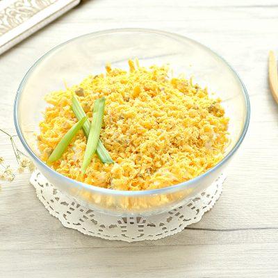 Слоеный куриный салат с сыром и яйцом - рецепт с фото