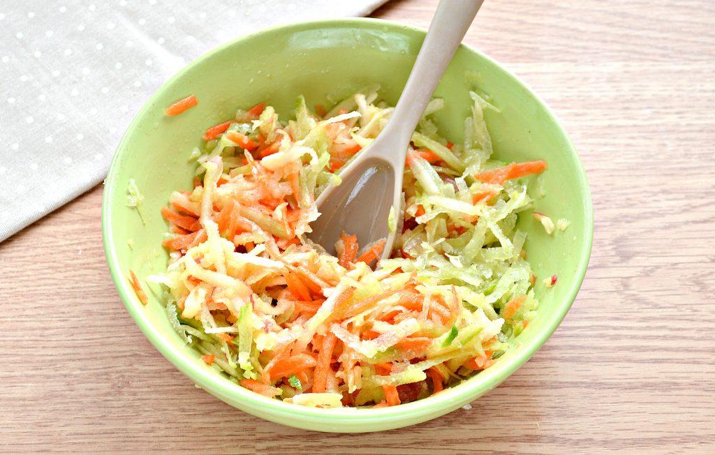 Фото рецепта - Витаминный салат с редькой и яблоком - шаг 7