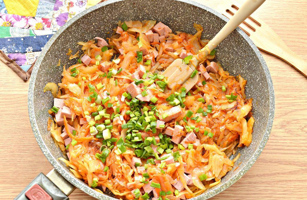 Фото рецепта - Тушёная капуста с колбасой - шаг 8