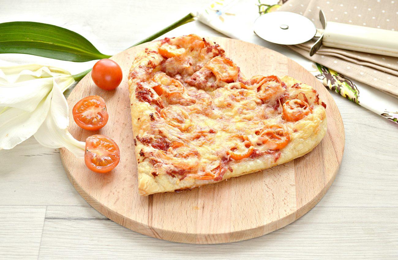 Пицца для романтиков с колбасой и черри