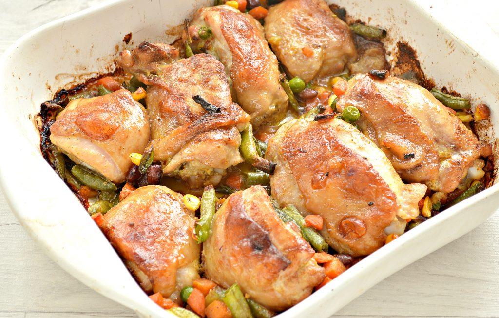 Фото рецепта - Куриные бедра в духовке с овощами - шаг 8