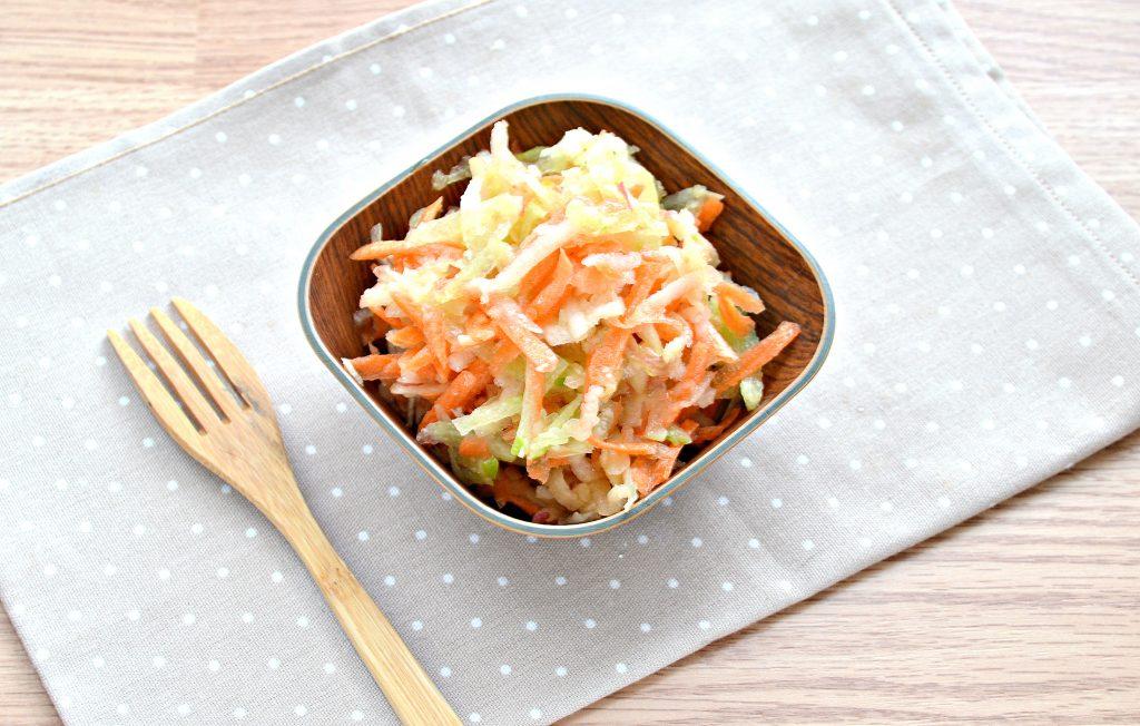 Фото рецепта - Витаминный салат с редькой и яблоком - шаг 8