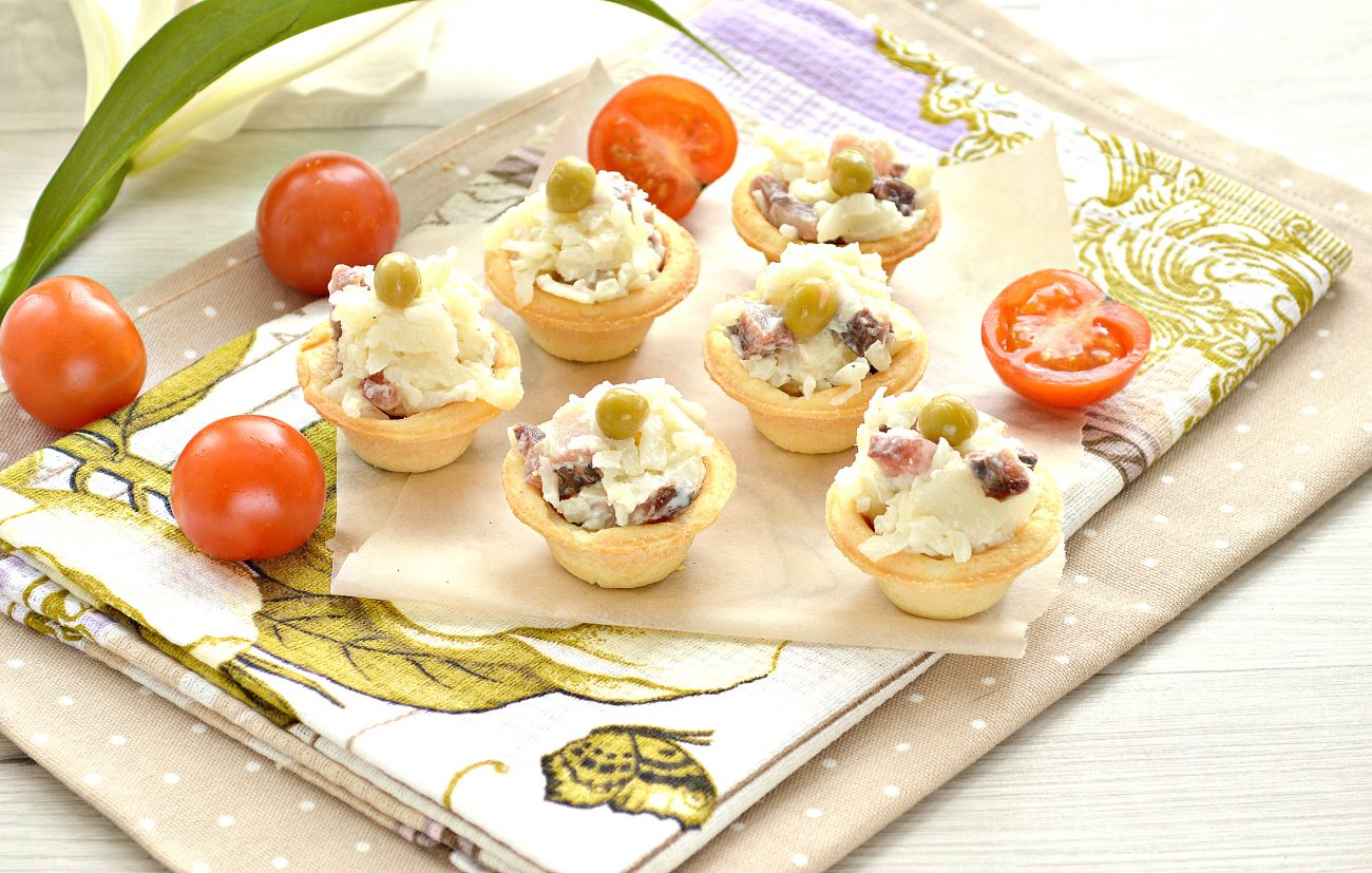 Тарталетки с соленой сельдью и картофелем