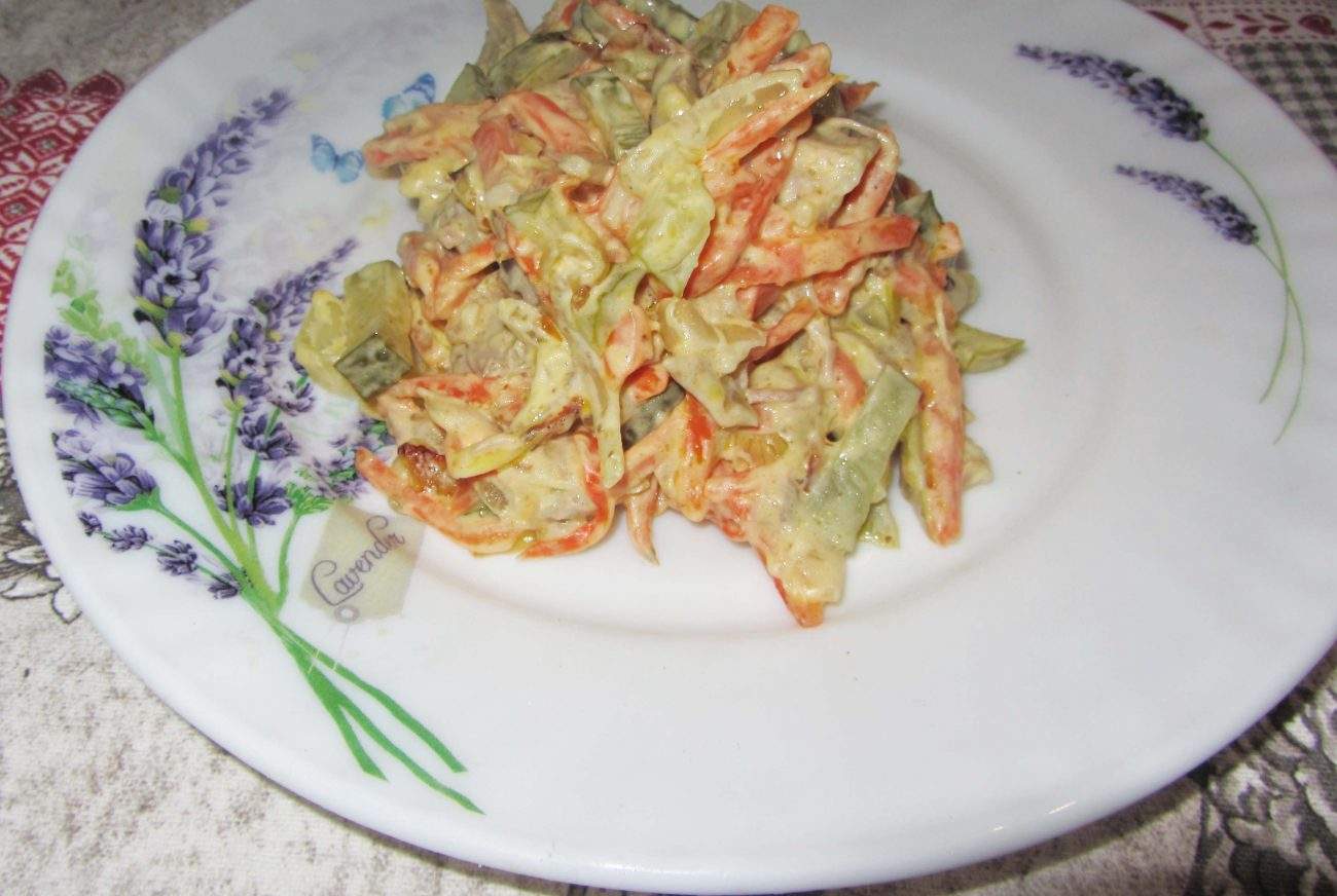 Салат с мясом и маринованным огурцом