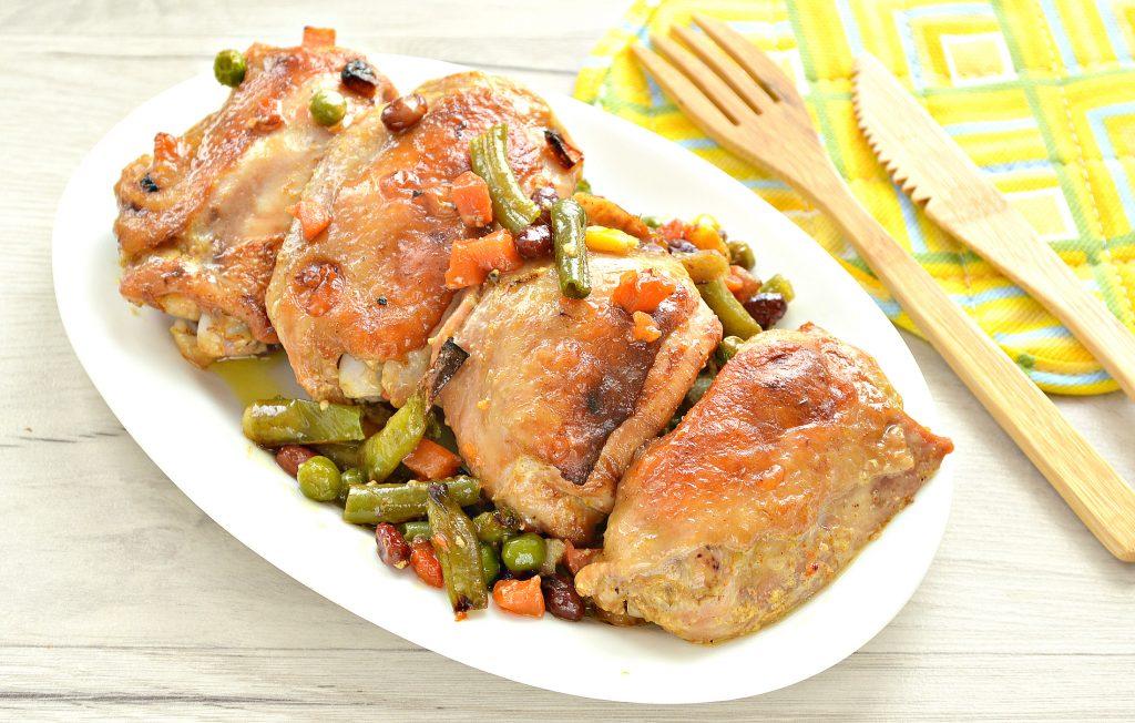 Фото рецепта - Куриные бедра в духовке с овощами - шаг 9