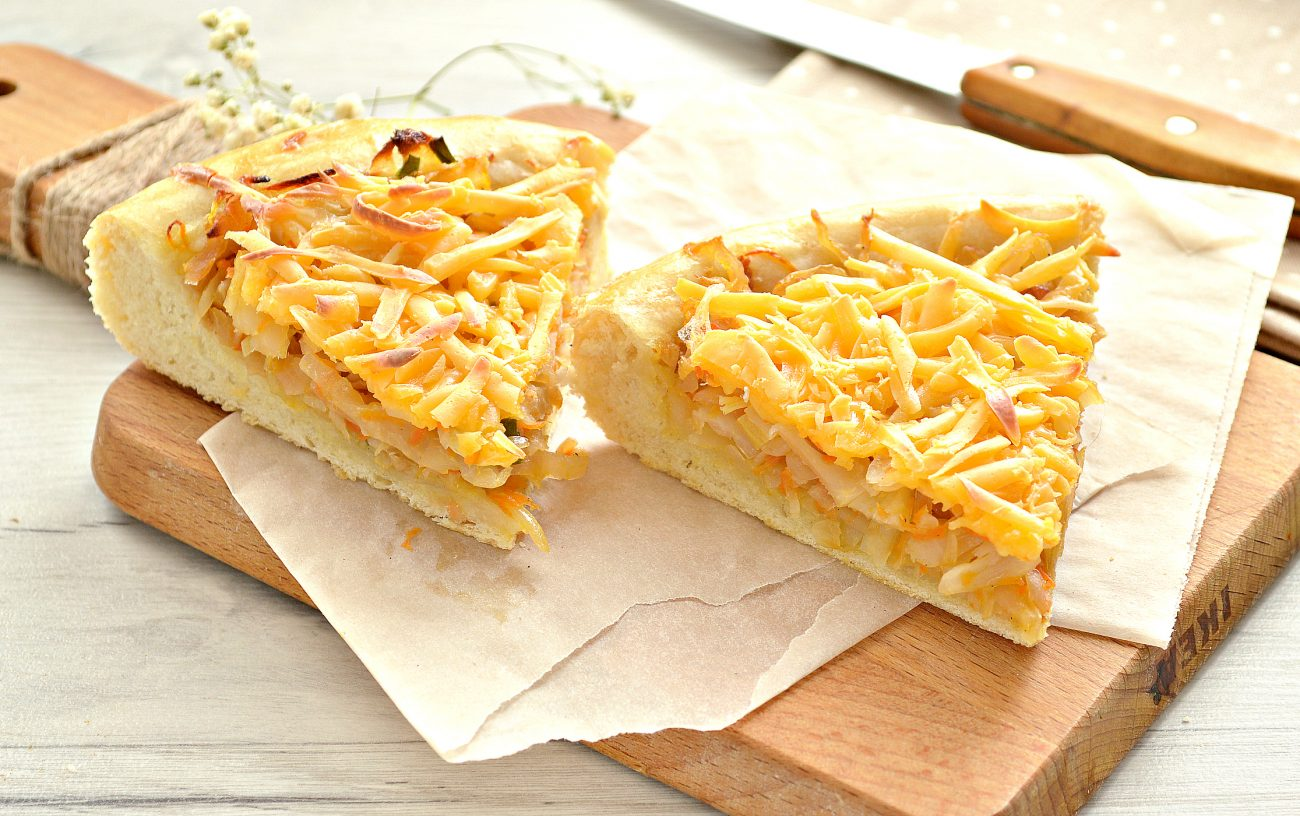 Открытый дрожжевой пирог с капустой и сыром