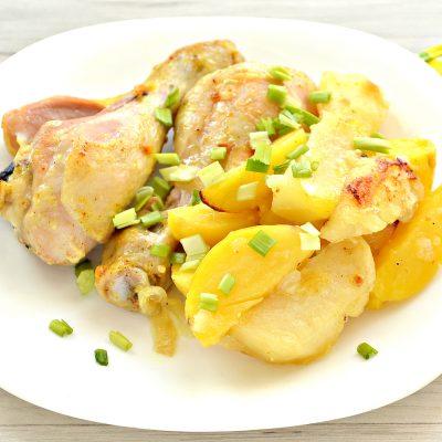 Тушеные куриные ножки с картофелем в духовке - рецепт с фото