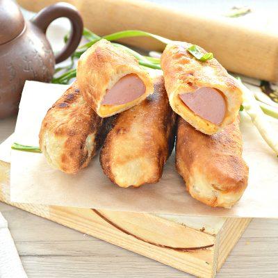 Сосиски в тесте с сыром на сковороде - рецепт с фото