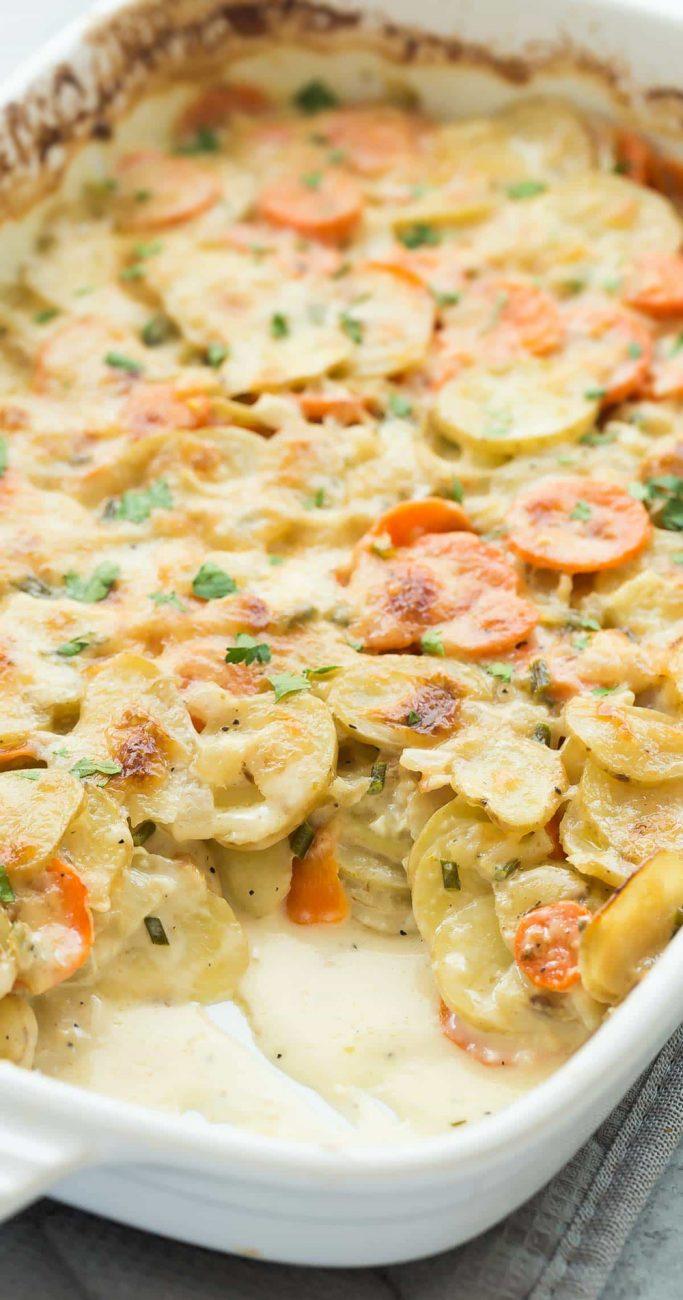 Гарнир из запеченного картофеля и моркови с сыром
