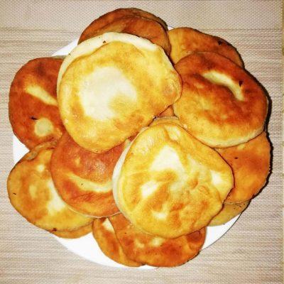 Дрожжевые пирожки с мясом и сыром, жареные на сковороде - рецепт с фото