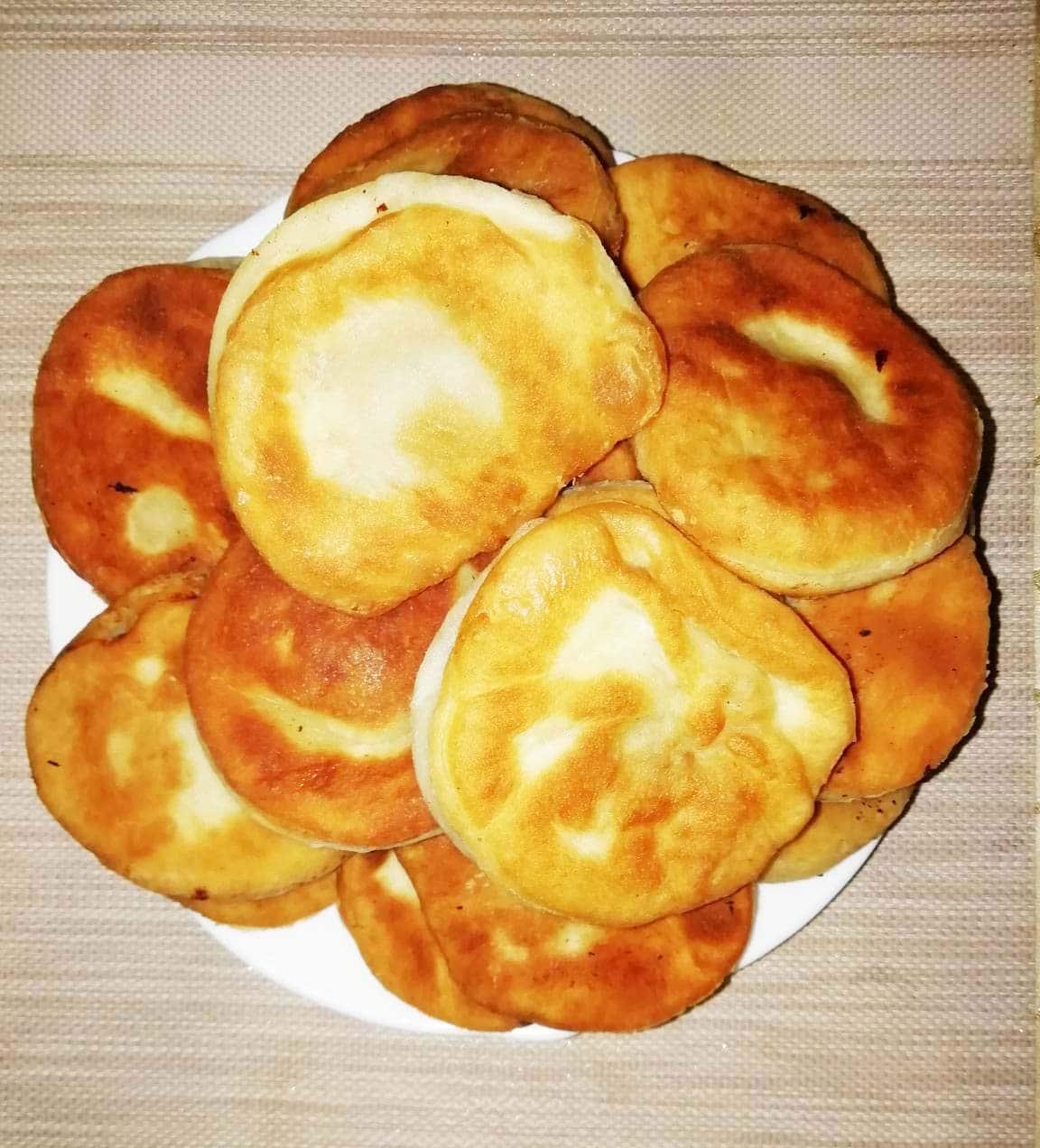Дрожжевые пирожки с мясом и сыром, жареные на сковороде
